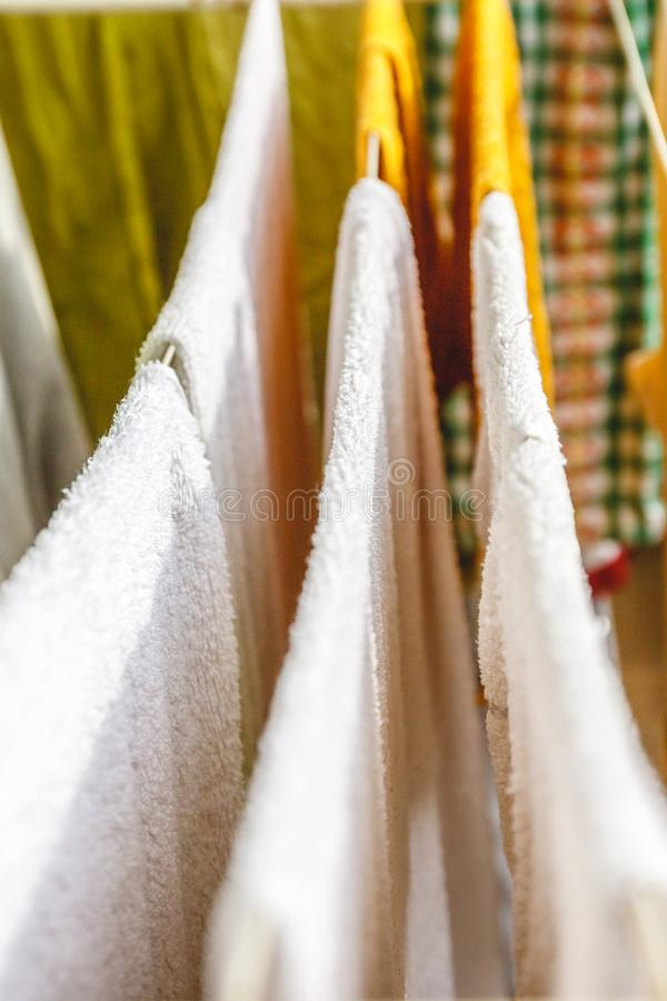 Vit och kul?r linne och handdukar som ska torkas p? kl?dstrecket royaltyfri bild