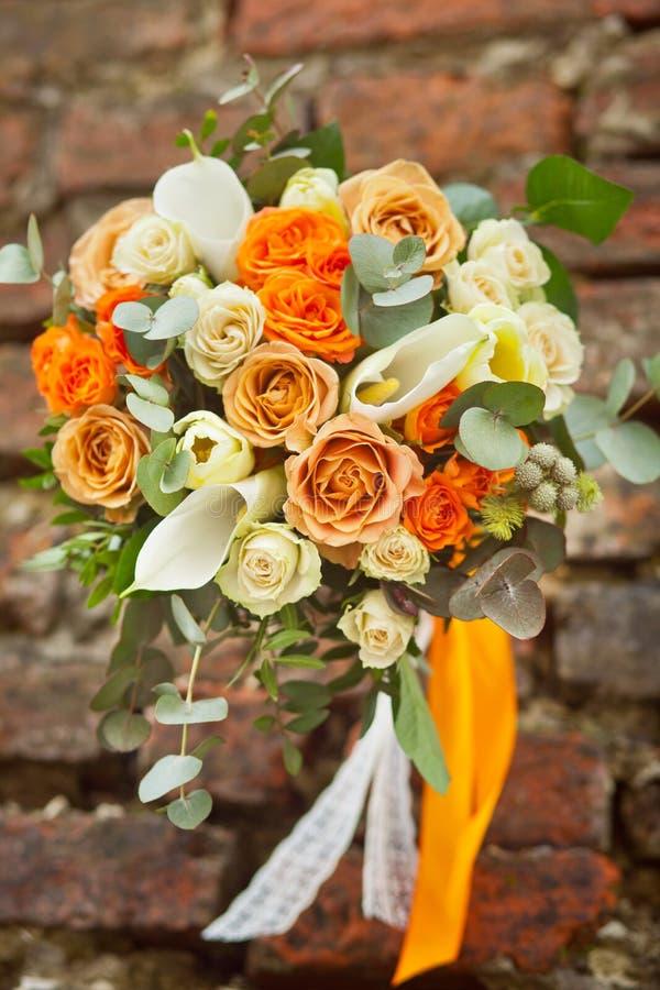 Vit och orange gifta sig bukett royaltyfria bilder