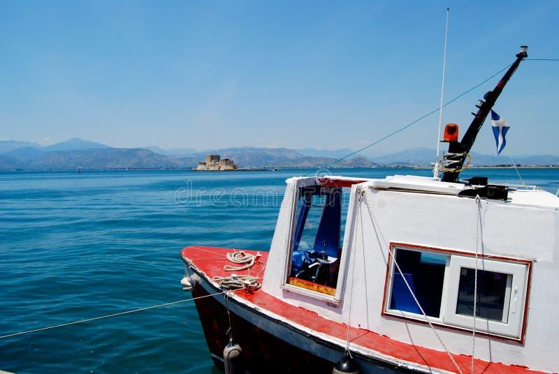 Vit och röd fiskebåt royaltyfria foton