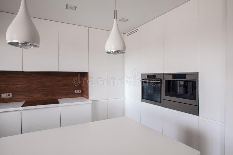 Vit och rent kök royaltyfria bilder