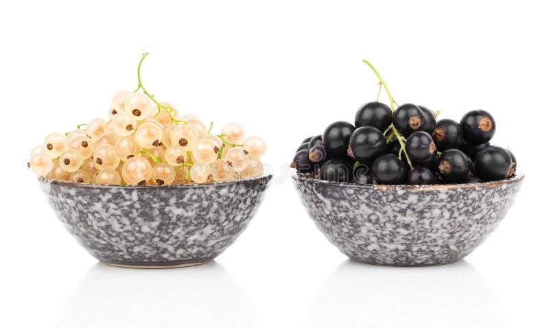 Vit och svart vinbär i en bunke arkivfoton