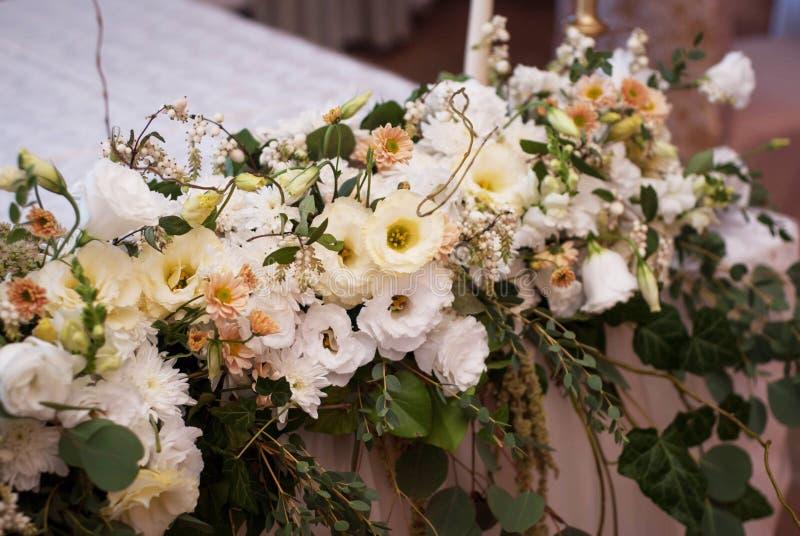 Vit ordnings- eller sammansättningsgirland för bröllop av tabellen för blommalögnrestaurang för Vit och rosa rosmyra arkivfoton
