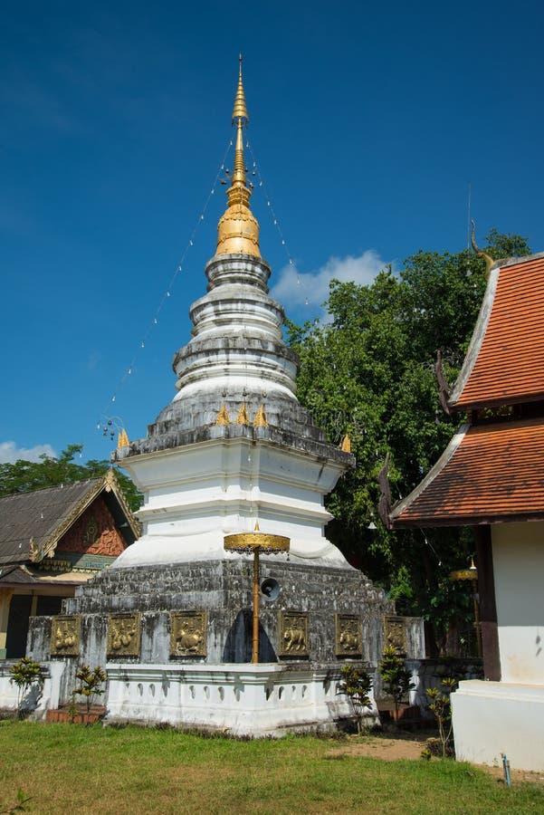 Vit pagod på templet i Chiang Mai, Thailand offentligt ställe fotografering för bildbyråer