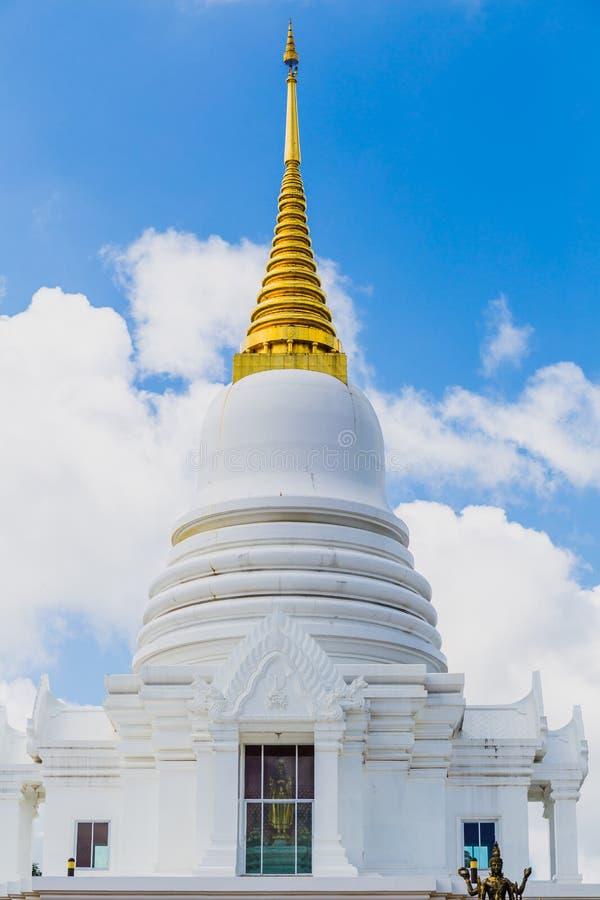 Vit pagodhimmelbakgrund royaltyfri foto