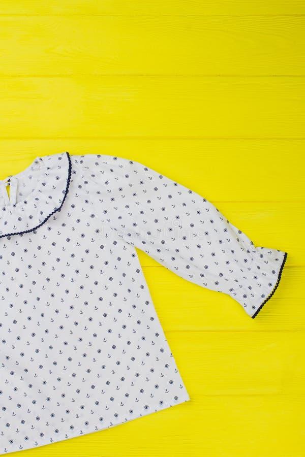 Vit pajamaöverkant för flicka arkivbild