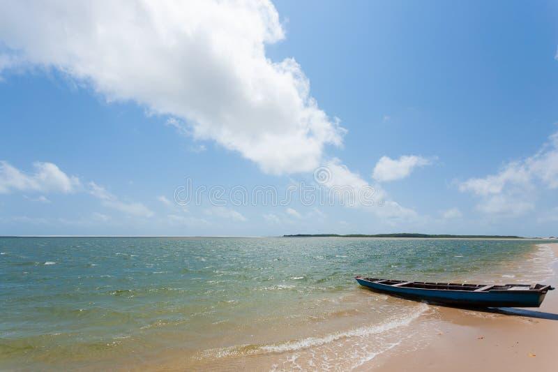 Vit panorama f?r sanddyn fr?n den Lencois Maranhenses nationalparken, Brasilien royaltyfria foton