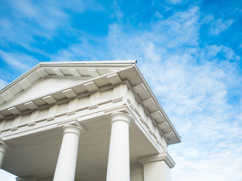 Vit paviljong med kolumner i klassisk grekisk stil Doric order. arkivbild