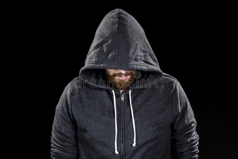Vit pipskäggman som bär Gray Hood royaltyfri foto
