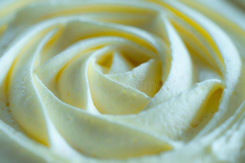 Vit piskad kräm, blom- kräm- textur på en koppcakำ arkivfoton