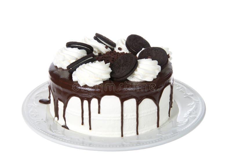 Vit piskade den kräm- frostade kakan med chokladpralin fyllde isolerade smörgåsrånkakor arkivfoton