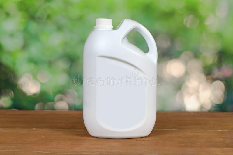 Vit plast- flaskbehållare på trä royaltyfri foto