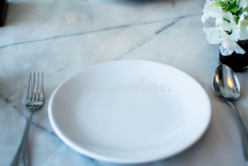 Vit platta i restaurang royaltyfria bilder