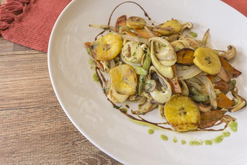 Vit platta med sauteed grönsaker royaltyfri bild