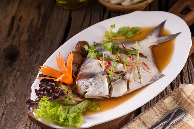 Vit Pomfretångafisk, kinesisk mat royaltyfria bilder
