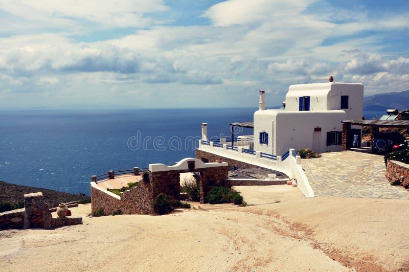 Vit privat grekisk bungalow på santoriniön royaltyfri bild