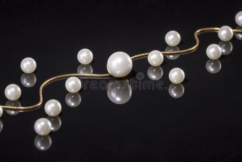 Vit pryder med pärlor halsbandet på svart bakgrund royaltyfria bilder