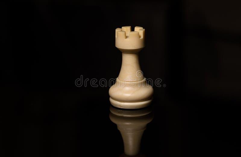 Vit råka för klassiskt schack på det svarta brädet som isoleras arkivfoton