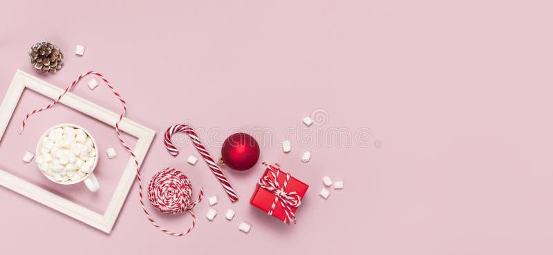 Vit rånar med askar för gåvor för marshmallowgodisrottingen som rött förpacka för boll snör åt fotoramen på rosa bakgrund, lägenh arkivbild