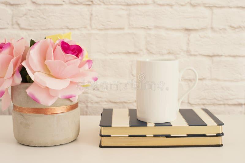 Vit rånar modellen Tomt vitt kaffe rånar falskt övre Utformat fotografi Skärm för kaffekoppprodukt Kaffe rånar på randig design i royaltyfri fotografi