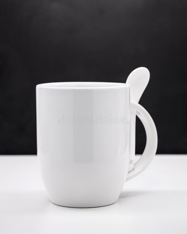Vit rånar på svarta bakgrunder Tom kaffekopp för din design arkivbild