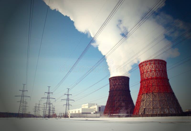 Vit rök från kyla står högt mot den blåa himlen fotografering för bildbyråer