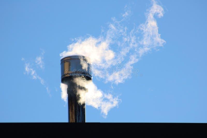 Vit rök kommer ut ur en huslampglas arkivfoton