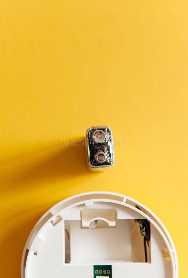 Vit rökavkännare med det nio volt batteriet royaltyfria foton