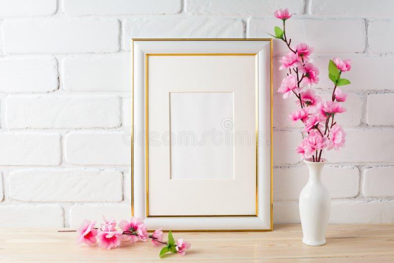 Vit rammodell med rosa färgblommagruppen royaltyfria bilder