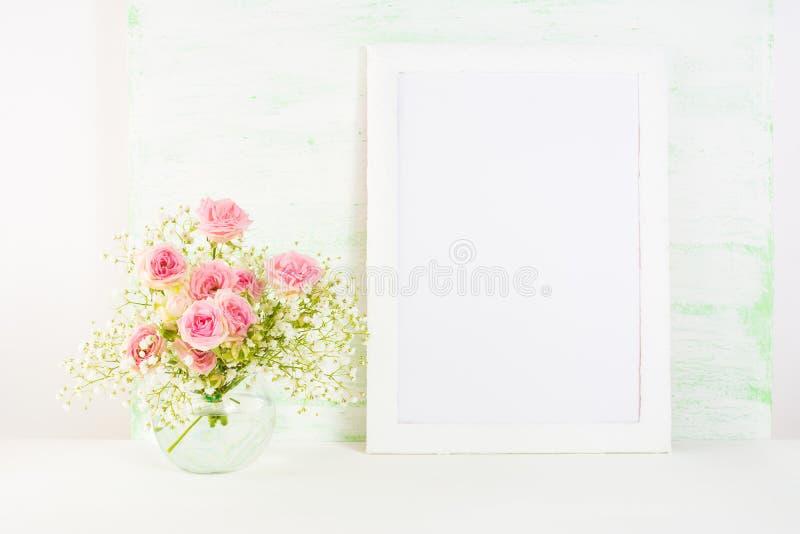 Vit rammodell med Rue Anemone blommor arkivfoto