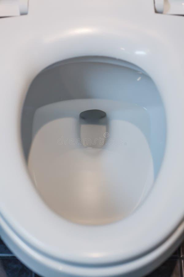 Vit ren hygienisk keramisk bunke för slät toalett, lockräkning i badrum eller toalett Inre arkitektur, wcWC-möblemang de arkivfoto