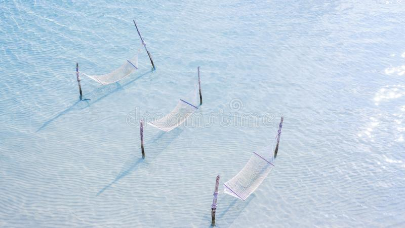 Vit repvagga på att koppla av stranden, begrepp för sommarsemester, flyg- sikt arkivbilder