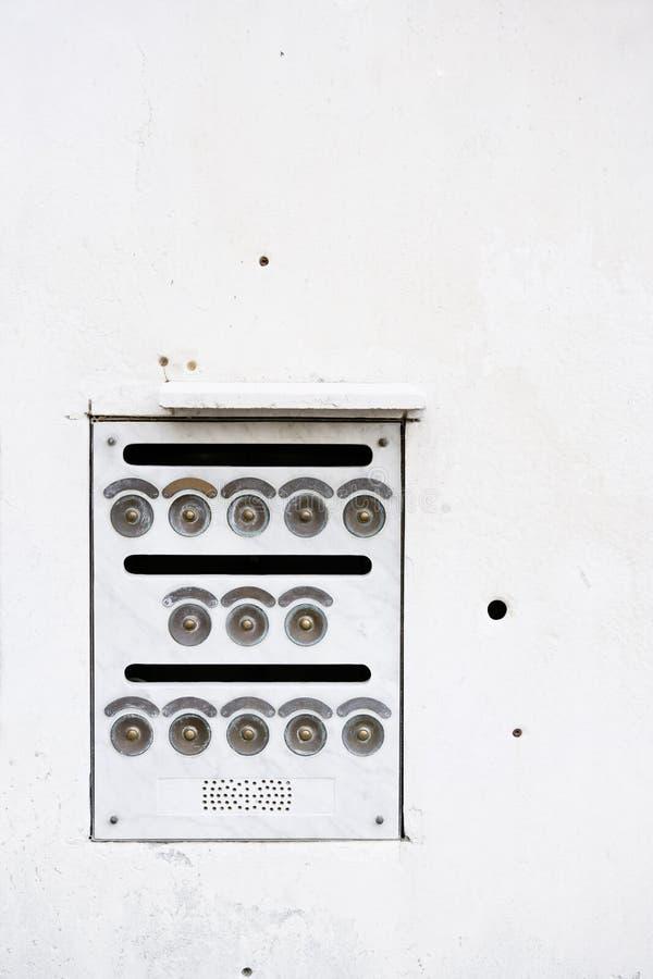 Vit ringklockahusvägg arkivbilder