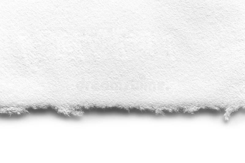 Vit, rippad papperskant över vitt med mjuk skugga arkivbilder
