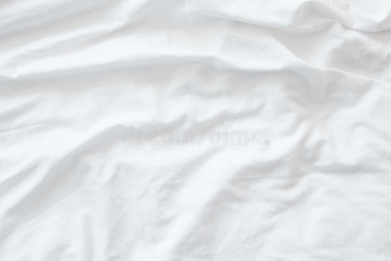 Vit sängkläder täcker eller vit bakgrund för tygskrynklatextur, mjuk fokus royaltyfri fotografi