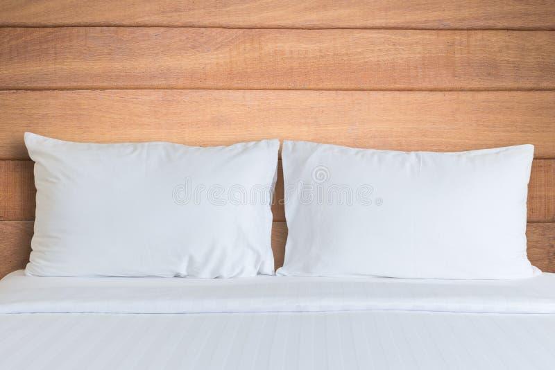 Download Vit Sängkläderark Och Kudde I Hotellrum Arkivfoto - Bild av garnering, kudde: 76700228