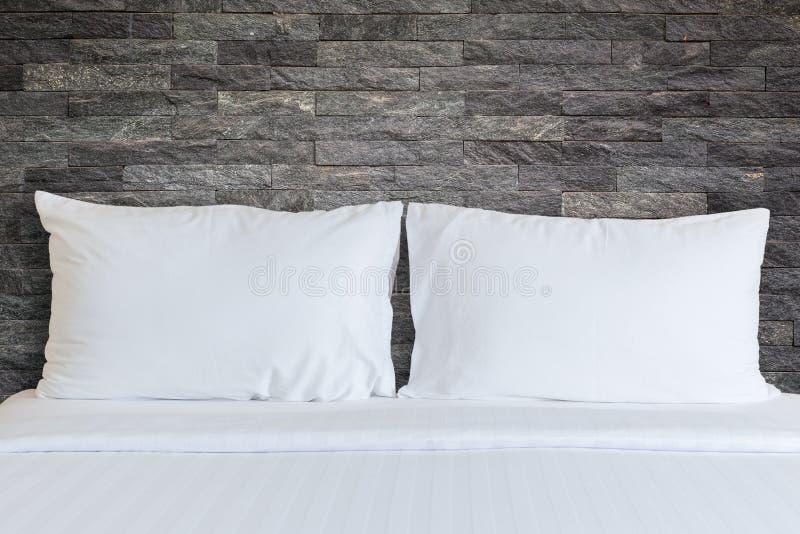 Download Vit Sängkläderark Och Kudde I Hotellrum Arkivfoto - Bild av räkning, objekt: 76700386