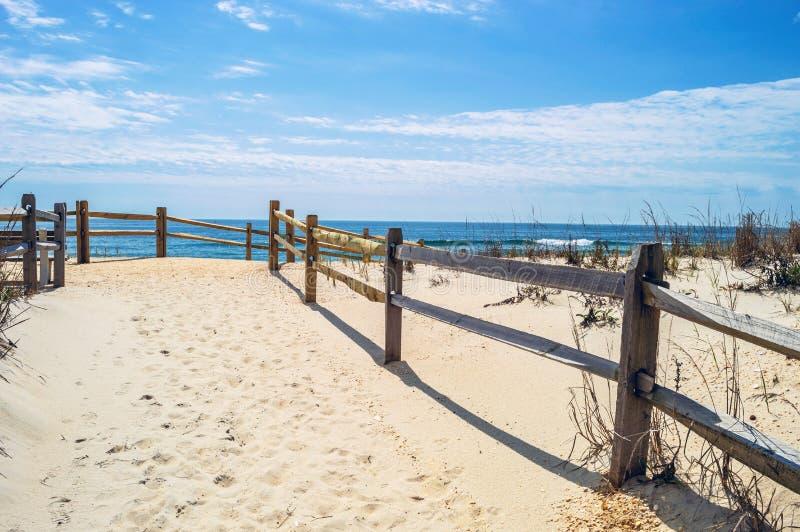 Vit sand till stranden royaltyfria bilder