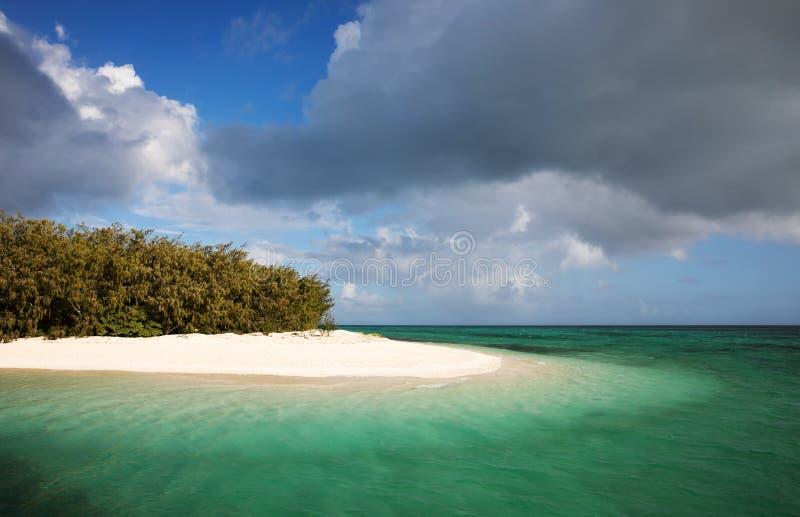 Vit sandstrand med grönt vatten arkivfoton