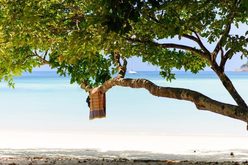 Vit sandstrand och tappninghandduk, Thailand royaltyfri bild