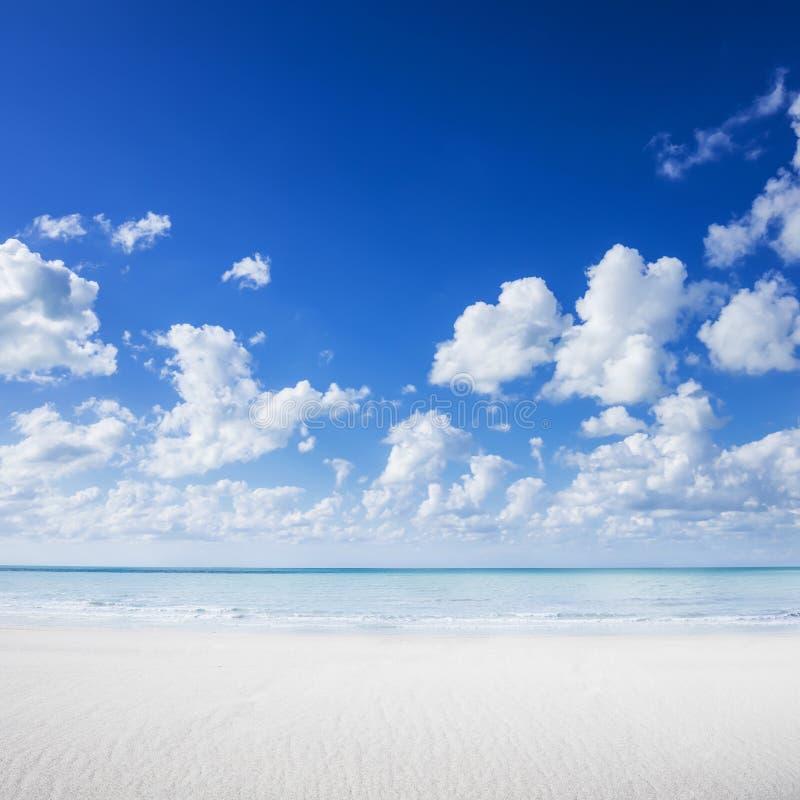 Vit sandstrand, tropiskt hav och blå himmel arkivfoto