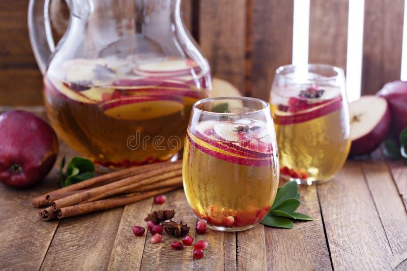 Vit sangria med äppelcider arkivfoto