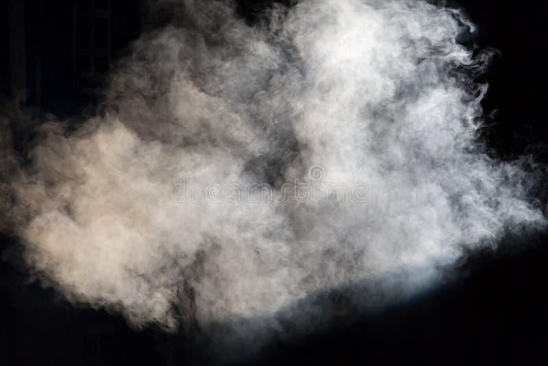 Vit scenisk rök på etapp under en kapacitet eller en show arkivbilder