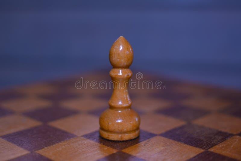 Vit schackbiskop i f?rgrunden royaltyfria foton