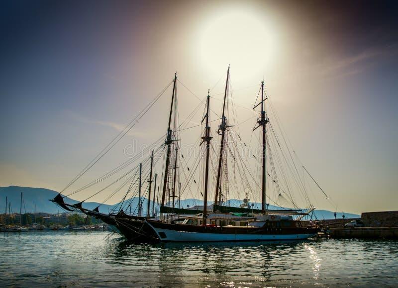 Vit seglar i fjärden av Aten royaltyfria bilder
