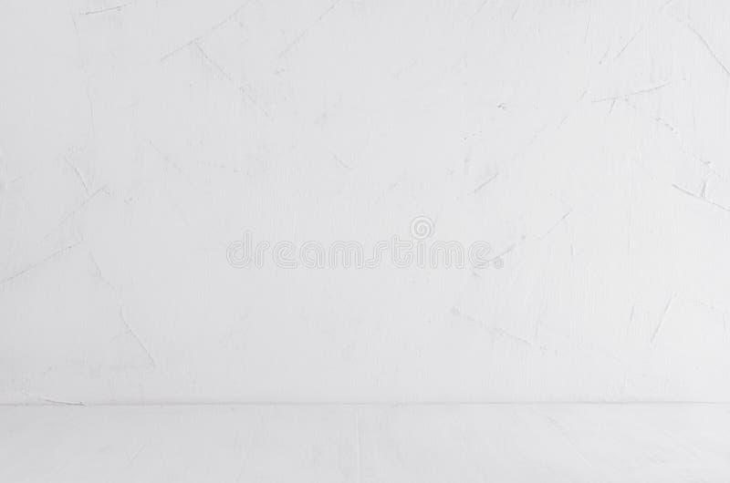 Vit sjaskig murbrukvägg och wood bräde för vit Tom hylla, inre royaltyfri foto