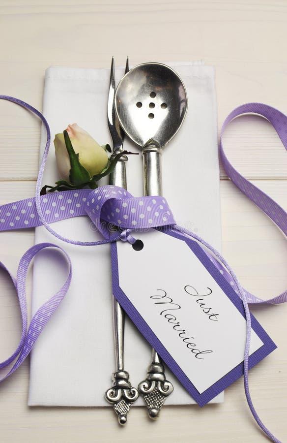 Vit sjaskigt chic bröllop för lilor och bordlägger inställningen. Lodlinje. arkivfoto