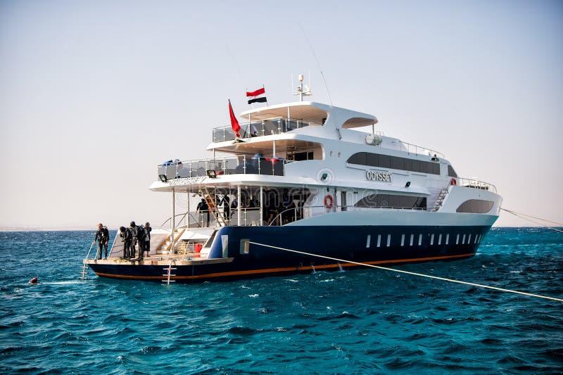 Vit skepp och grupp av dykare, Hurghada, Egypten royaltyfri bild