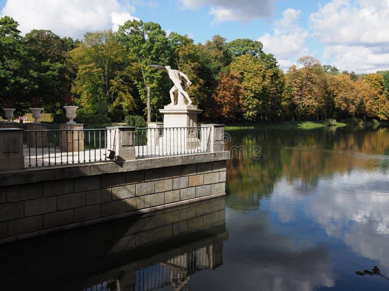 Vit skulptur av badslotten parkerar in landskap i Warszawa, europeisk huvudstad av Polen i 2018 på September arkivbild