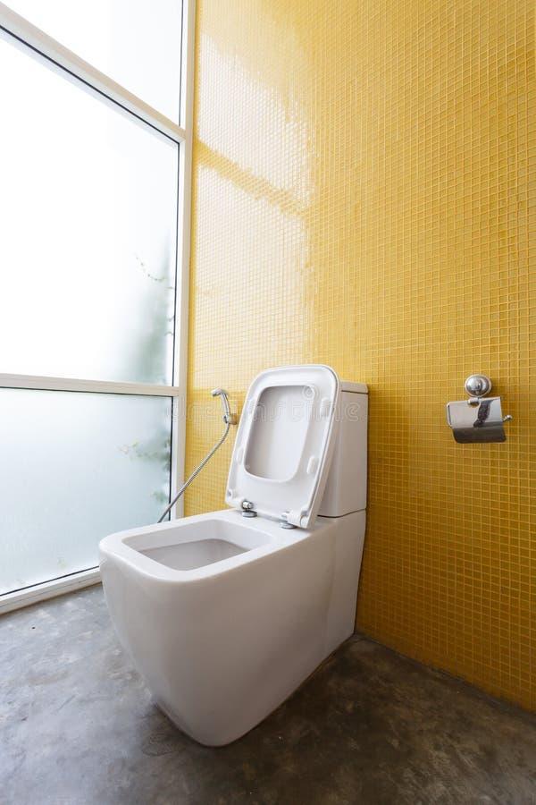 Vit slät garnering för toalett- och gulingväggmosaik royaltyfri foto