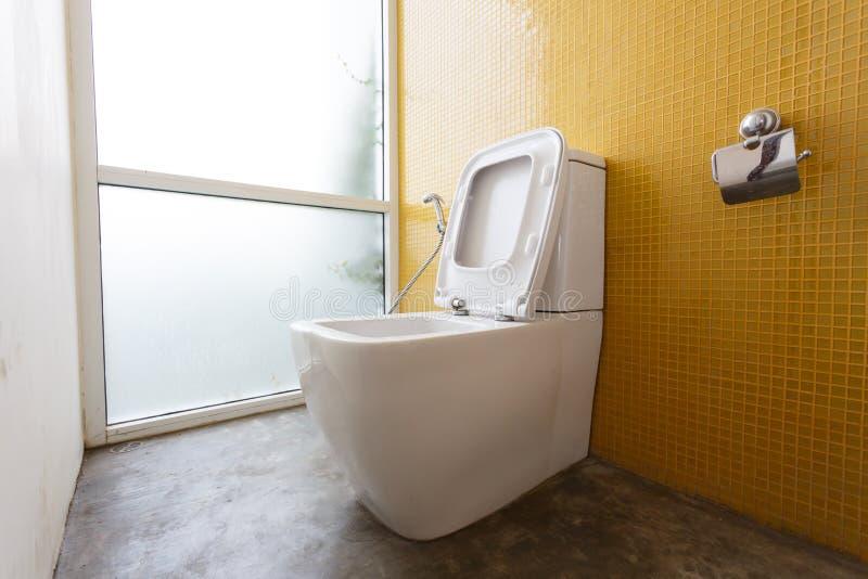 Vit slät garnering för toalett- och gulingväggmosaik arkivfoto